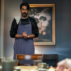 THE HAUNTING OF BLY MANOR (L to R) RAHUL KOHLI as OWEN and AMELIE SMITH as FLORA in THE HAUNTING OF BLY MANOR Cr. EIKE SCHROTER/NETFLIX © 2020